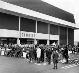 Black and white photo of a large crowd gathered outside of Gimbels department store for the grand opening at the King of Prussia Mall.